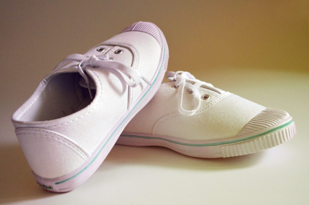 how to clean canvas shoes white